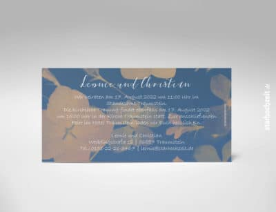 Rückseite: Hochzeitseinladung Karte, Hochzeit, Serie, zweiseitige Hochzeitskarte, Din lang, Querformat, modern, zart blaues Blumenmotiv, monochrom, weiße Kaligrafie Schrift, besonders, zeitlos, elegant, Mustertext, veränderbare Farbe der Schrift in blau, rot, grau, beere, lavendel, starhochzeit